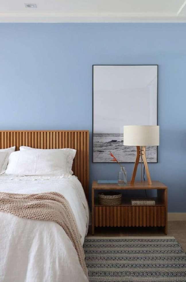 56. Quarto de casal decorado com parede azul e abajur para criado mudo de madeira – Foto: Juliana Pippi Arquitetura Design