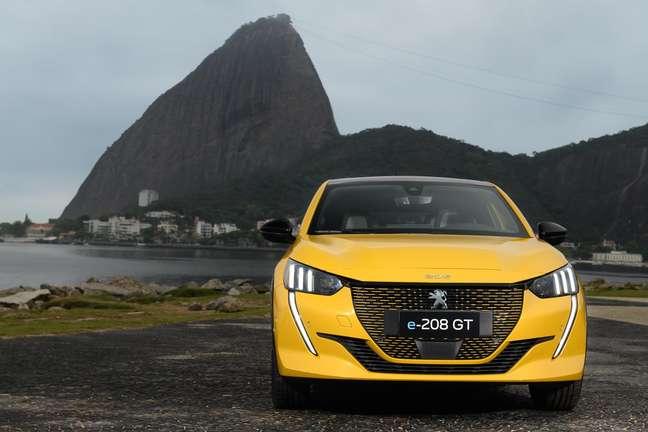 Peugeot e-208 GT no Rio de Janeiro.