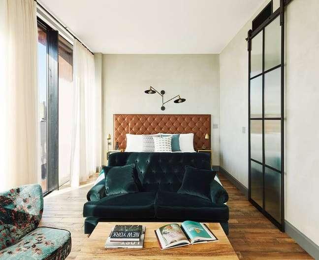 30. O couro para a cabeceira de cama capitonê garante um ar jovem e sofisticado ao quarto de casal – Foto: Madame Figaro