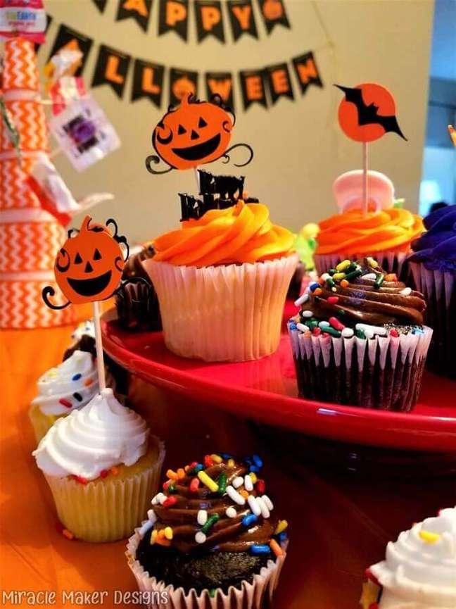 68. Cupcakes com decoração alegre para festa de Halloween – Foto: Miracle Maker Designs