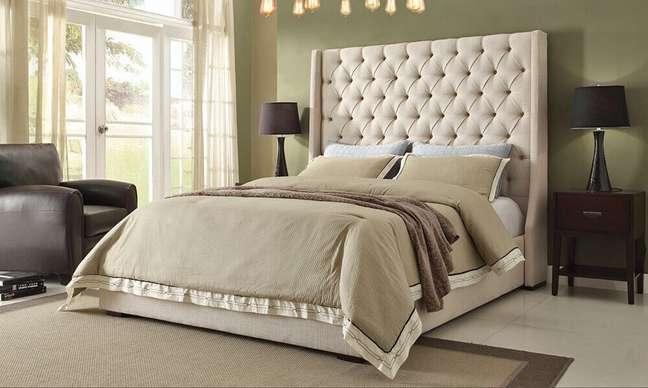 36. Decoração simples para quarto com cabeceira capitonê casal bege – Foto: Furniture Stores Los Angeles