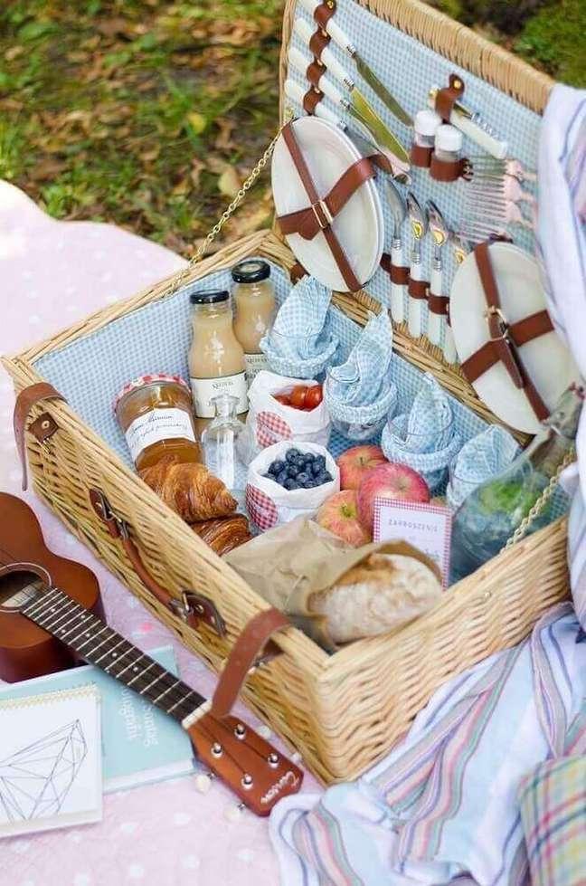 19. Linda decoração com maleta rústica para piquenique para a caixa da festa – Foto: GramUnion