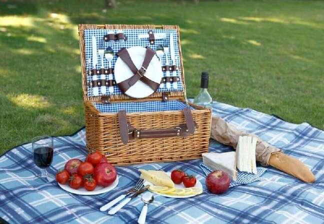 33. Invista em uma cesta de vime para piquenique e faça uma festa na caixa para namorado – Foto: Designrulz
