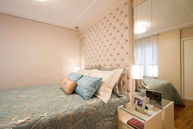 64. Quarto decorado com parede espelhada e cabeceira de cama capitonê – Foto: Sartori Design