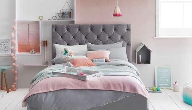 18. Decoração moderna em tons de rosa e cinza com cabeceira capitonê – Foto: Emmedia