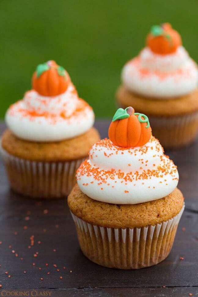 37. Delicados cupcakes decorados com mini abóboras para festa de Halloween – Foto: Faça Você Mesmo