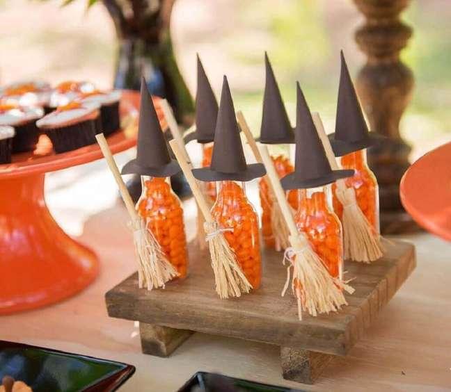 74. Potinhos de vidro personalizados para decoração de mesa Dia das Bruxas – Foto: Dicas de Mulher