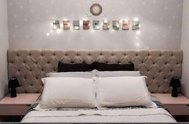 38. Modelo de cabeceira capitonê para quarto com decoração simples – Foto: Home Decoo