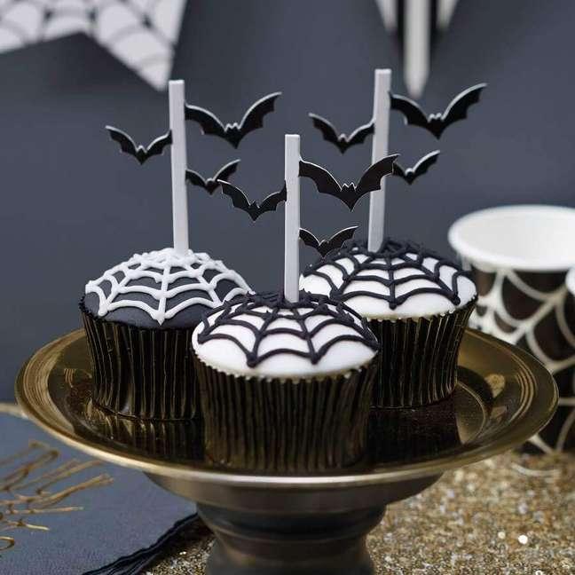 39. Morceguinhos e teias de aranha em cupcakes decorados para festa de Halloween – Foto: Confetti Sisters