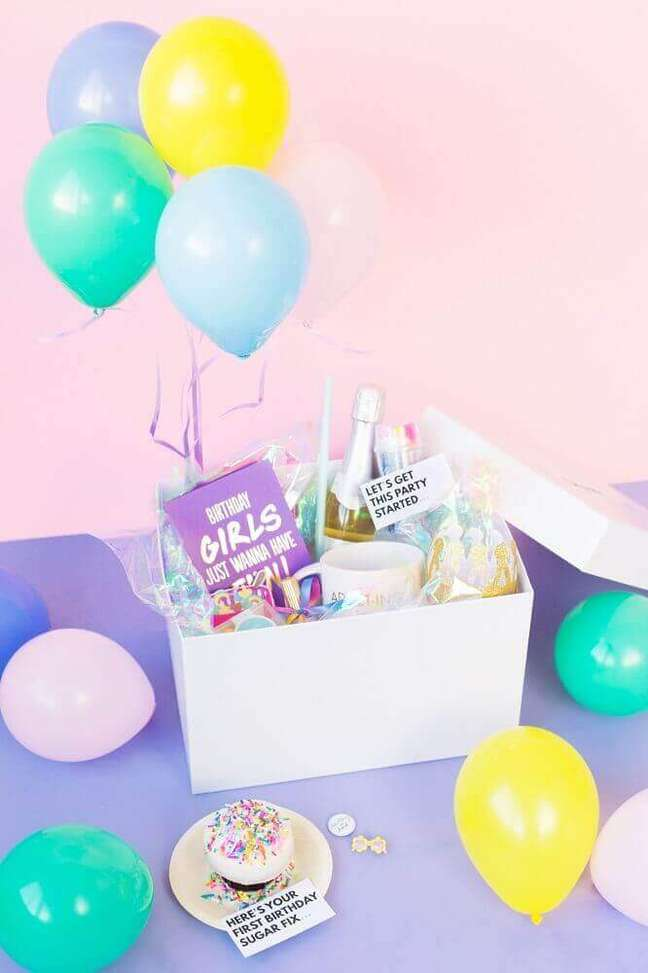 28. Festa na caixa de aniversário decorado com balões – Foto: Studio DIY