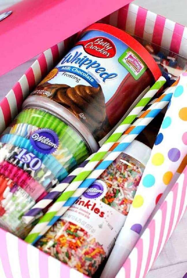 58. Os itens coloridos sempre deixam a decoração da festa na caixa mais bonita – Foto: Decor Fácil