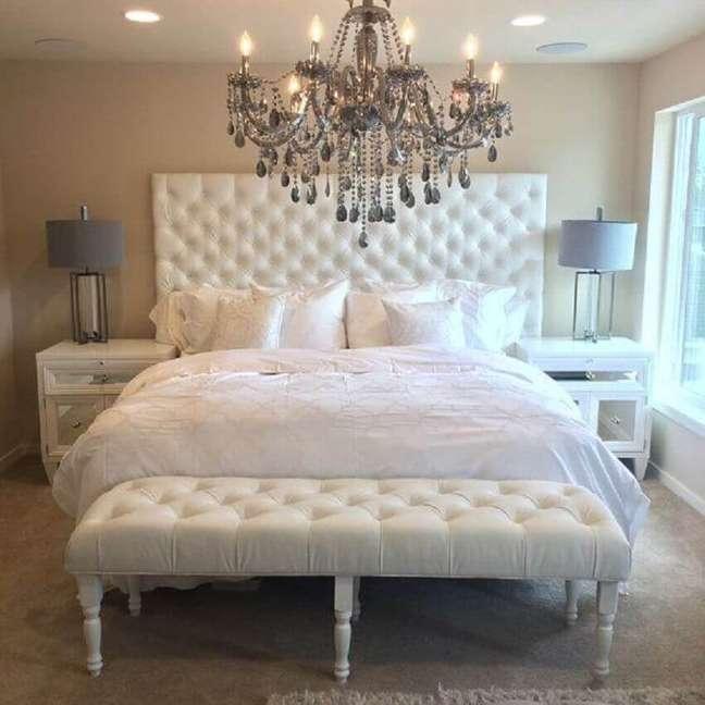 41. O lustre junto com a cabeceira queen capitonê branca trouxeram muito requinte para o quarto de casal decorado -Foto: Home Design Ideas