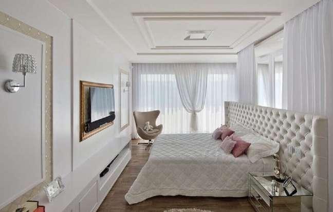 21. Decoração sofisticada para quarto branco com cabeceira queen capitonê, uma enorme cabeceira capitonê – Foto: Espaço do Traço Arquitetura