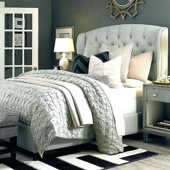 28. Quarto decorado em tons de cinza com tapete preto e branco e cabeceira capitonê casal – Foto: Deavita