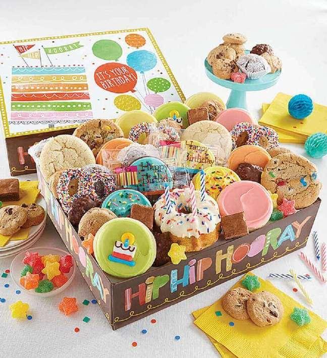 29. Festa na caixa de aniversário recheada de doces – Foto Cheryl's Cookies