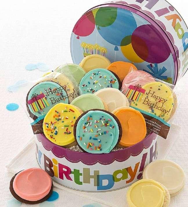 25. Os doces coloridos deixaram a festa na caixa de aniversário ainda mais divertida – Foto: Cheryls