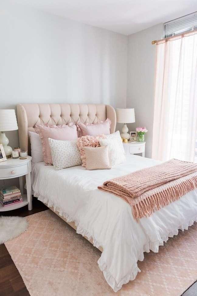 34. Quarto com decoração romântica com cabeceira de cama capitonê rosa. Que tal essa cabeceira capitonê? – Foto: Nursery Bedding Decor