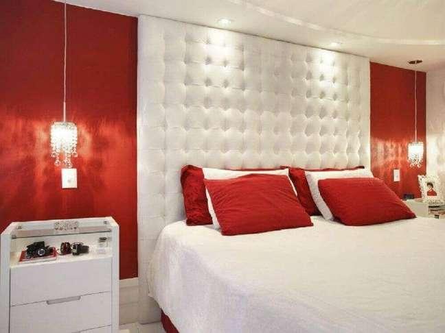 33. Quarto vermelho e branco decorado com cabeceira capitonê branca até o teto e pendentes sobre o criado-mudo – Foto: Deavita