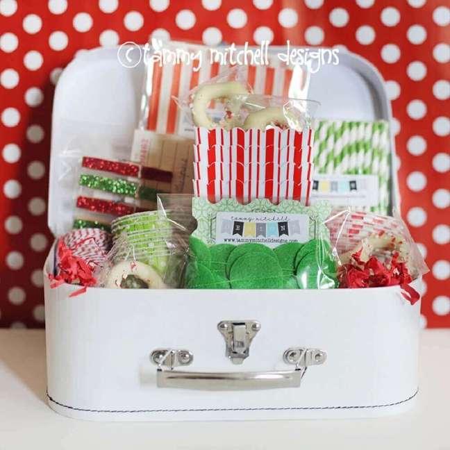 26. Festa na caixa com decoração verde e vermelha – Foto: Tammy Mitchell Designs