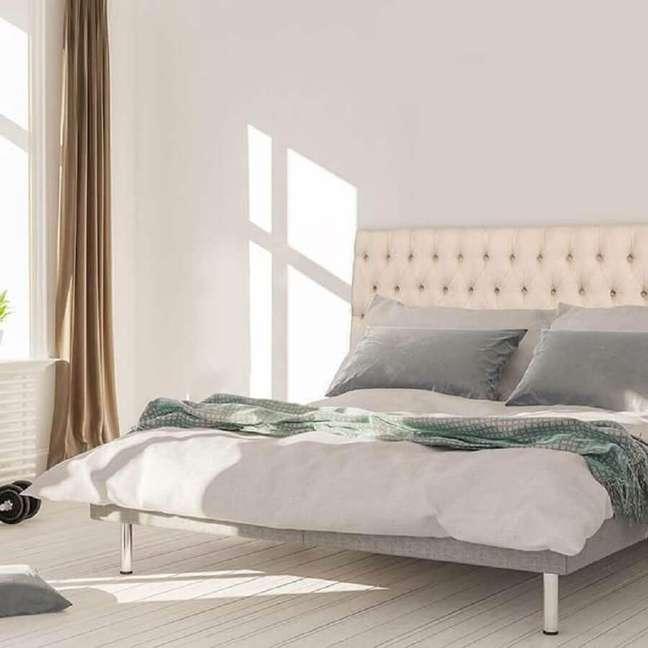 65. Decoração simples para quarto com cabeceira de cama capitonê branco, a cabeceira capitonê – Foto: House Interior Decoration