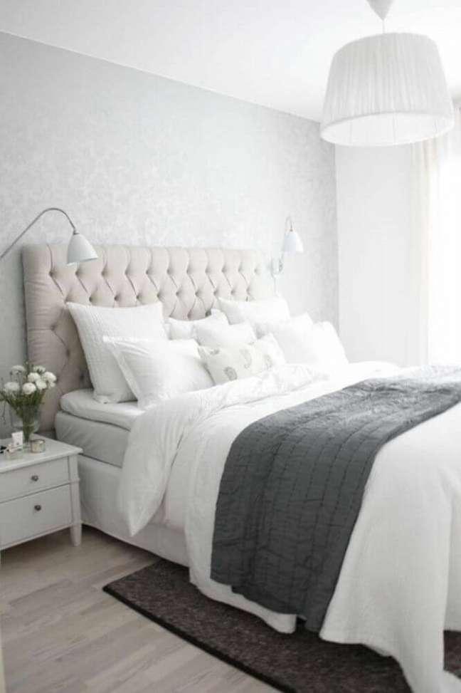 27. Quarto clean decorado com luminária de parede e cabeceira estofada capitonê – Foto: Archzine