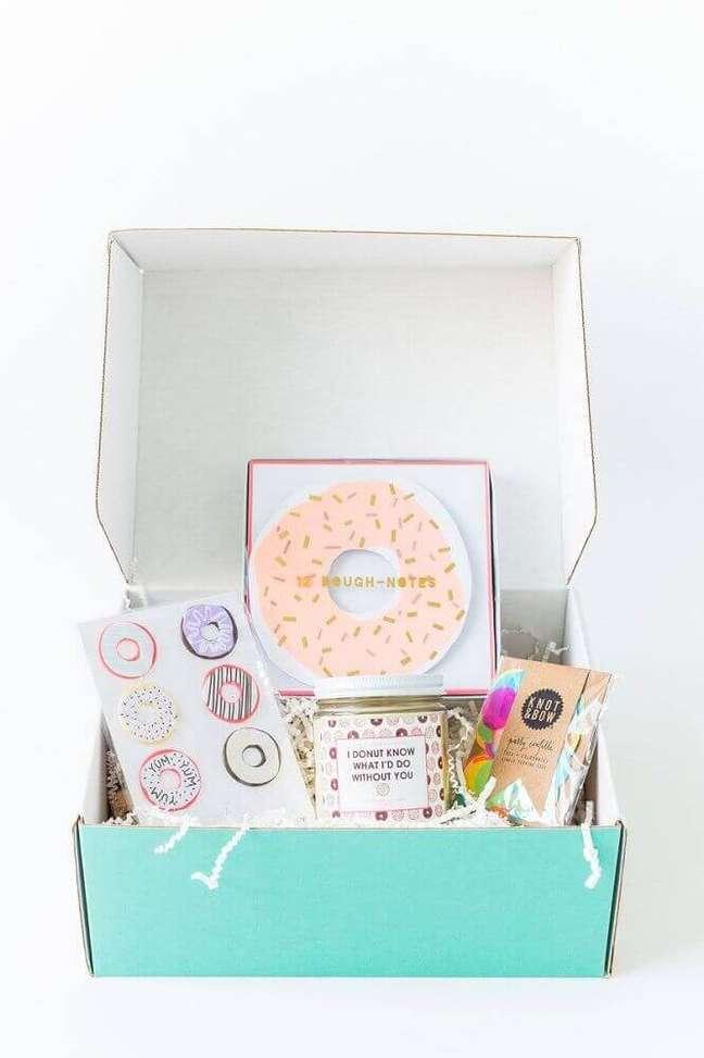 23. Decoração simples para festa na caixa para amiga – Foto: Home Decoo
