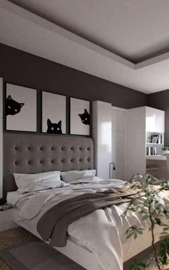 29. Decoração moderna para quarto com parede cinza e quadros de gatinhos e cabeceira de cama capitonê – Foto: Home Decoo