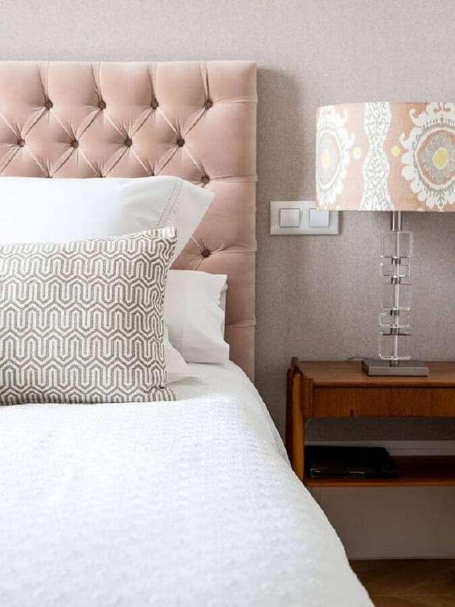 68. Decoração em cores claras para quarto com cabeceira capitonê rosa – Foto: Micasa Revista
