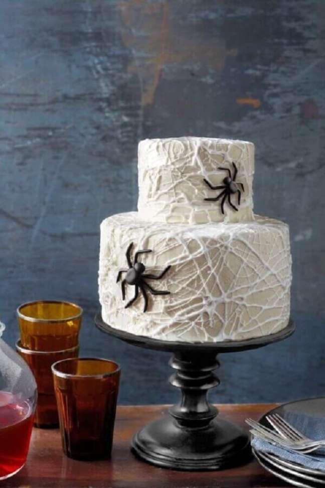 20. Bolo personalizado com teias de aranha e aranhas para decoração de mesa Dia das Bruxas – Foto: WomanAdvice