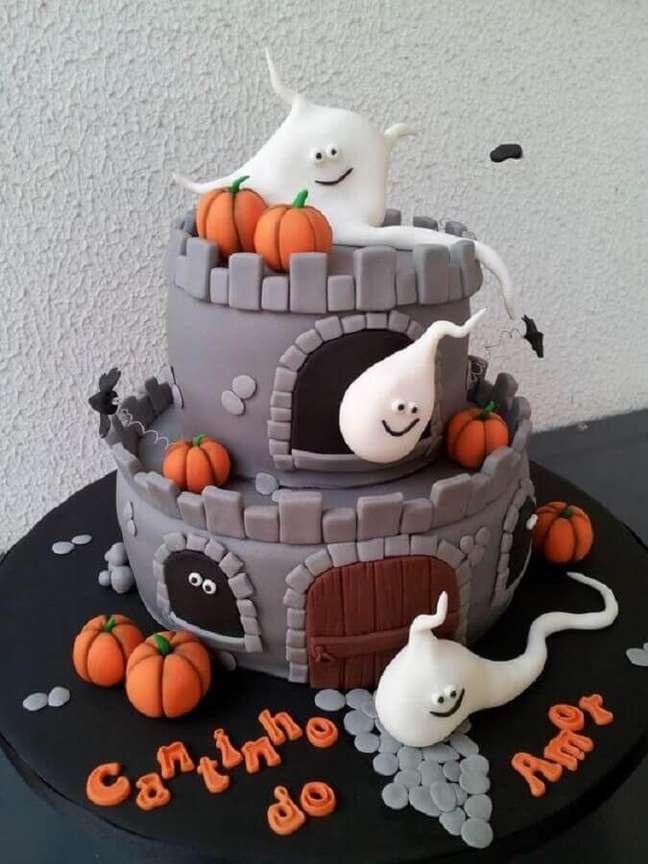 17. Lindo bolo personalizado com pasta americana para decoração de mesa Dia das Bruxas – Foto: Coisas de Maria
