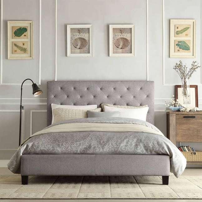 32. A cabeceira capitonê cinza é perfeita para dar um toque especial na decoração do quarto – Foto: Fast Furnishings