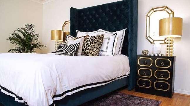 42. Modelo de cabeceira capitonê casal de veludo escuro para quarto de casal sofisticado decorado em tons de preto, branco e dourado – Foto: DecorPad