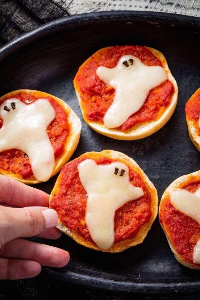 10. Mini pizza personalizada para incrementar a decoração de mesa Dia das Bruxas – Foto: Halloween Ideas