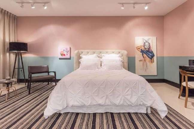 49. Quarto decorado em tons de azul e rosa com tapete listrado e cabeceira capitonê – Foto: Jean Felix