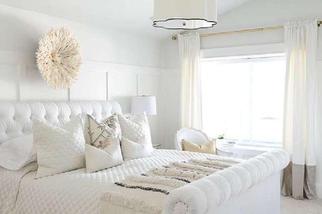 25. Decoração toda branca para quarto com pendente sobre a cama e cabeceira capitonê casal – Foto: Style Me Pretty