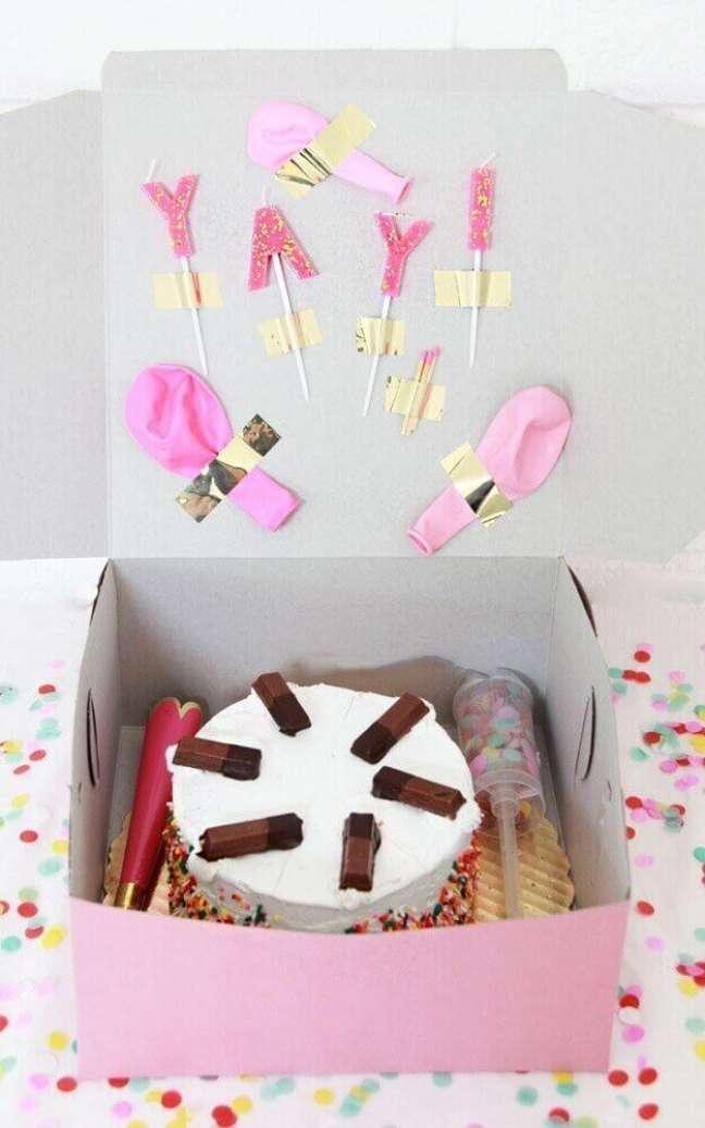 37. Festa na caixa para aniversário com bolo e jujubas – Foto: Home Decoo