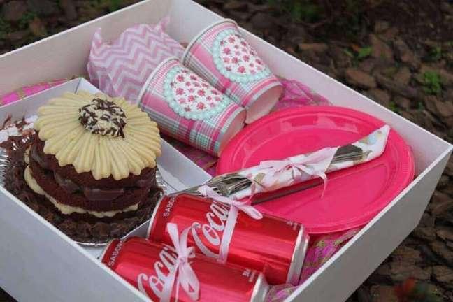 44. Modelo simples de caixa para festa de duas pessoas – Foto: The Ofy