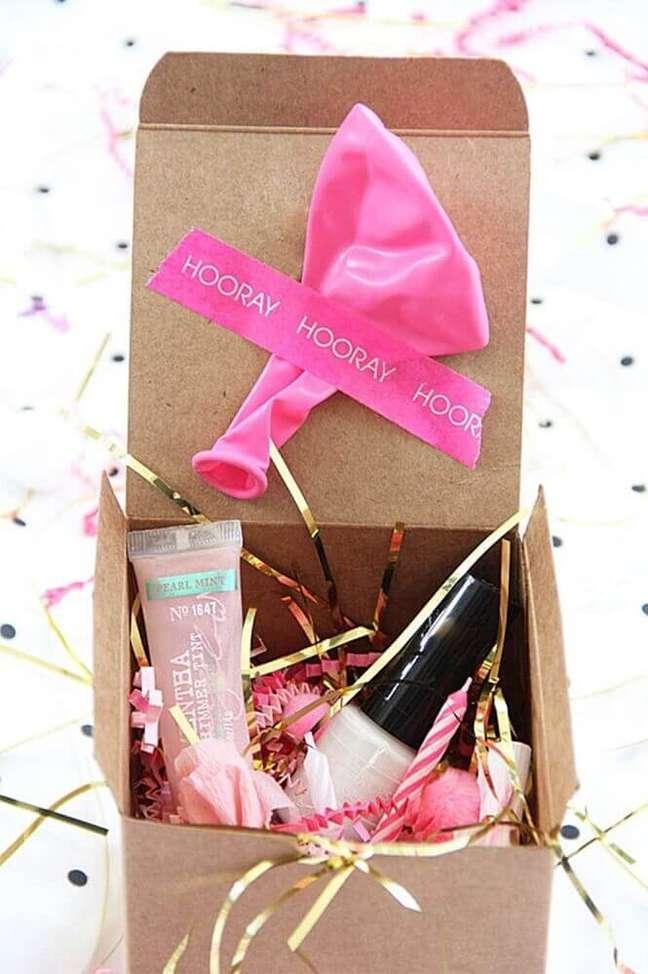 11. Modelo de festa na caixa para amiga com produtos para fazer um Spa Day- Foto: Brit.co