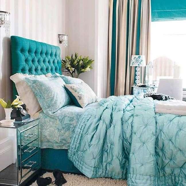 8. Decoração com cabeceira capitonê para quarto em tons de azul e branco – Foto: Bravacasa