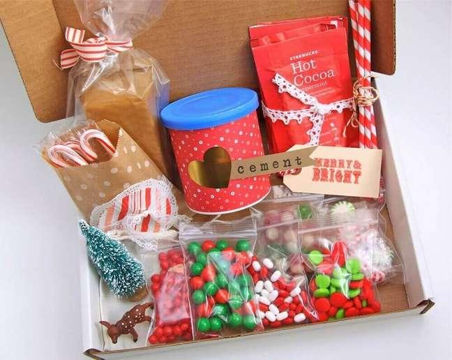 48. No natal você também pode presentear com uma caixa toda decorada e recheada de comidinhas gostosas para uma festa na caixa – Foto: Smashed Peas and Carrots