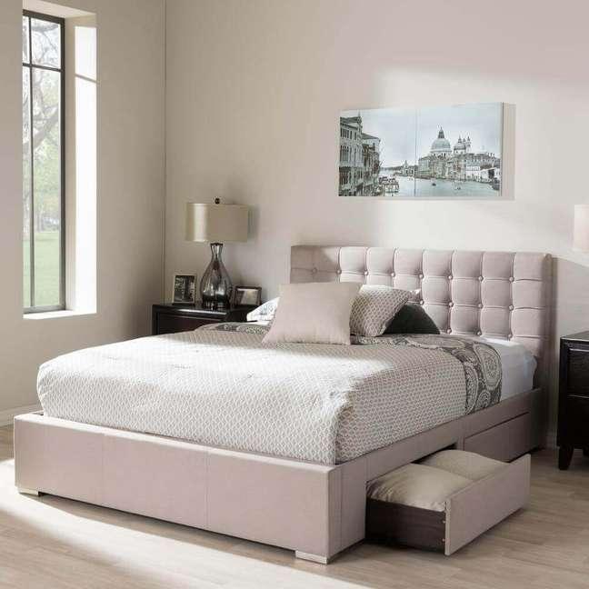 37. Quarto com decoração simples e cabeceira de cama capitonê, uma linda cabeceira capitonê para o quarto. – Foto: Home Depot