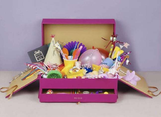60. Modelo de caixa diferente para fazer uma festa na caixa especial – Foto: Celebrations Cake Decorating