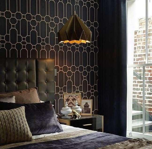 2. Decoração moderna e sofisticada para quarto com parede preta e cabeceira capitonê de couro – Foto: Atelier Di Spera