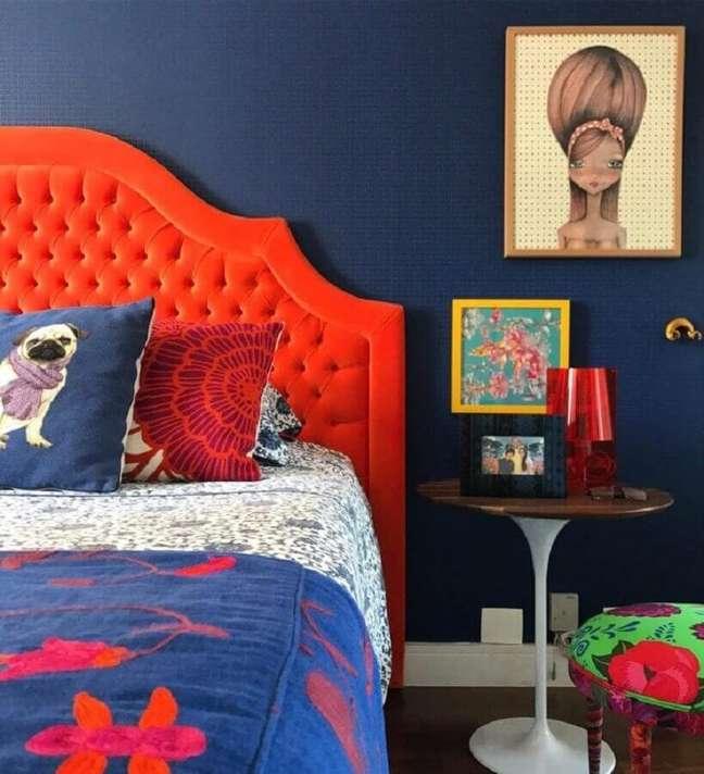 74. Quarto decorado com cabeceira capitonê laranja e mesa lateral redonda – Foto: Andrea Murao