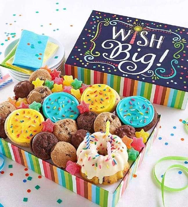 20. Decoração para festa na caixa recheada de doces – Foto: Festas.Biz!