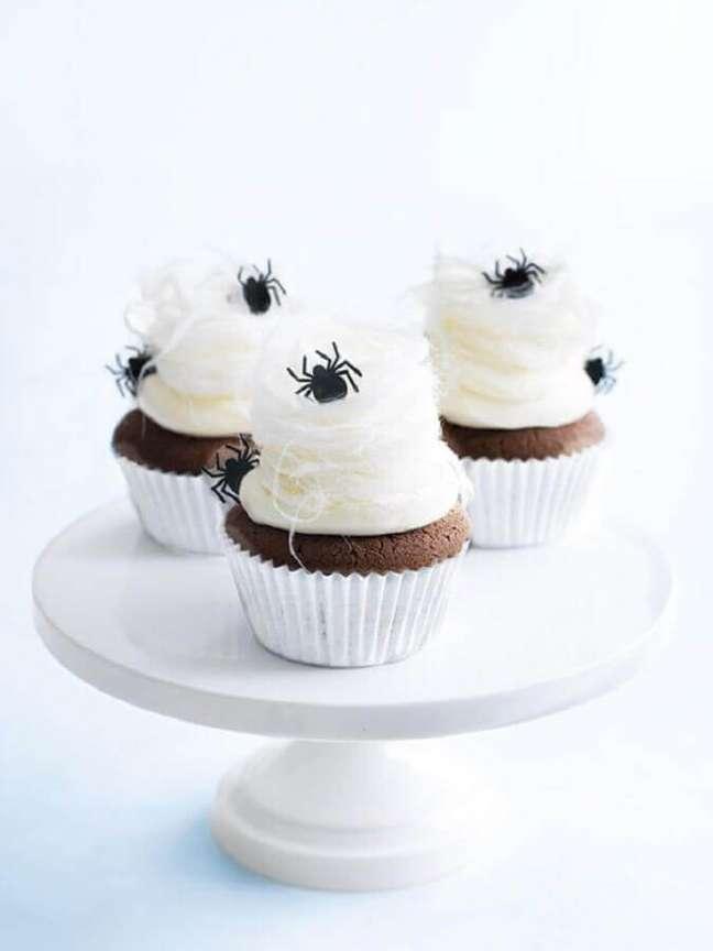 34. As aranhinhas deixaram um toque divertido no cupcake decorado para festa de Halloween – Foto: Wee Birdy