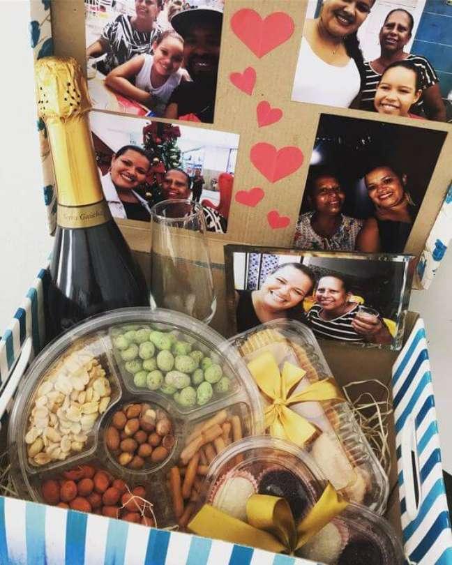 80. Festa na caixa com chandon e comidas práticas para celebrar com a família – Via: Tudo Especial
