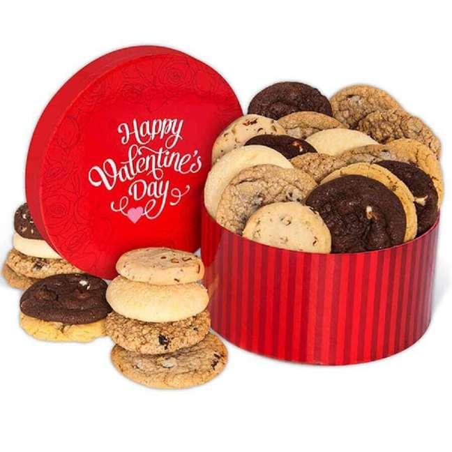 56. Lata de cookies como festa na caixa para namorado – Foto: Gourmet Gift Baskets