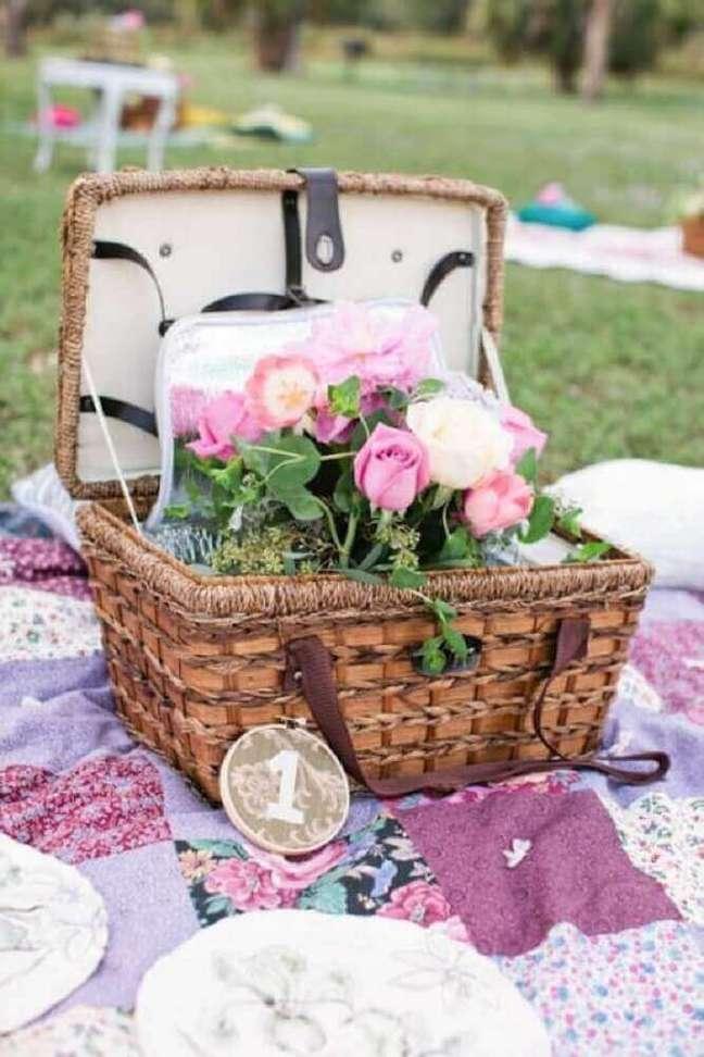 22. Festa na caixa feita com cesta de vime – Foto: Weddingomania