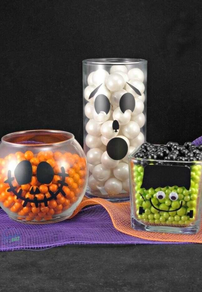 85. Potes de vidro decorados com balinhas coloridas para festa de Halloween – Foto: Bullocks Buzz